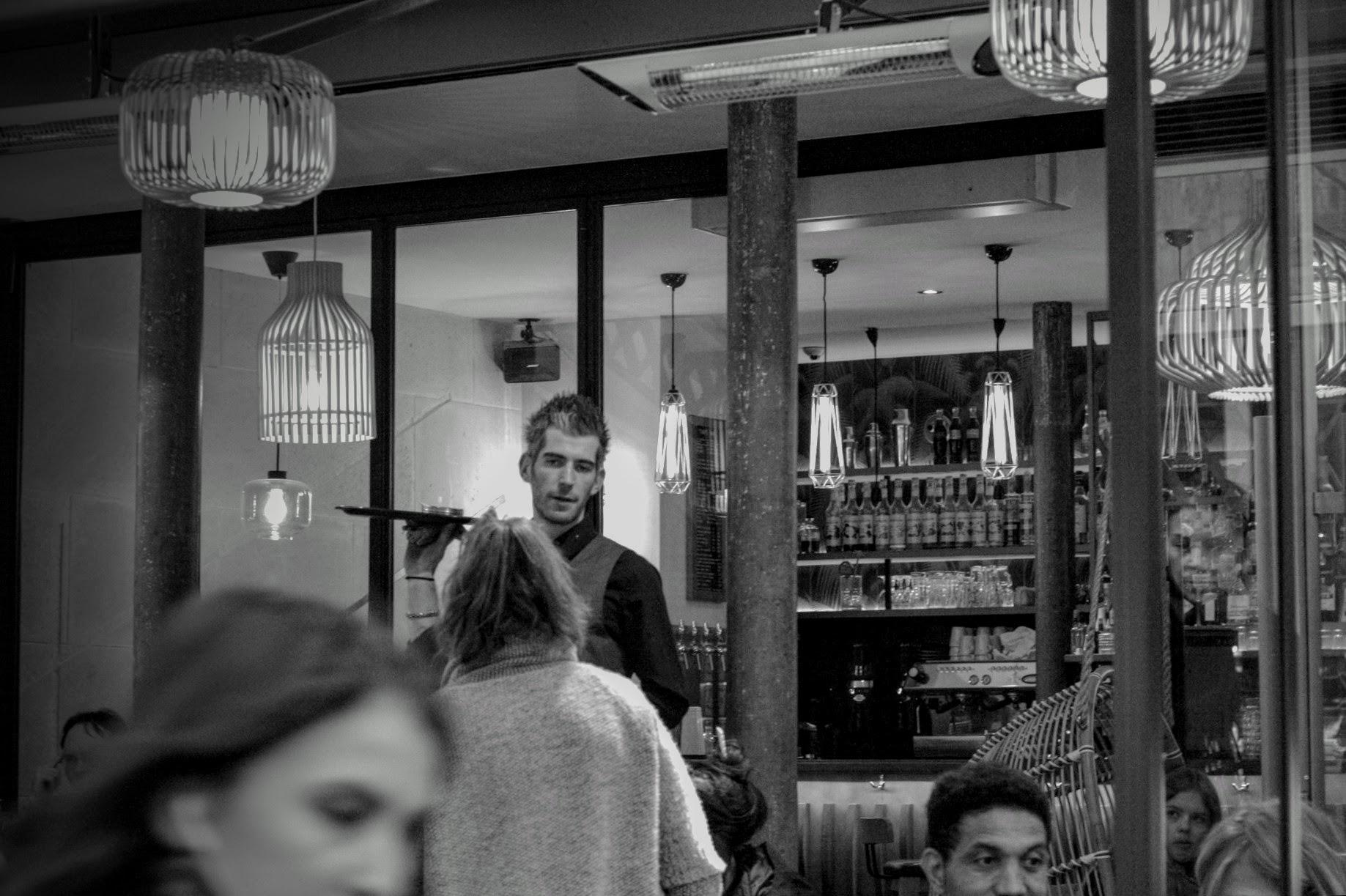 Vor einem Bistrot in Paris